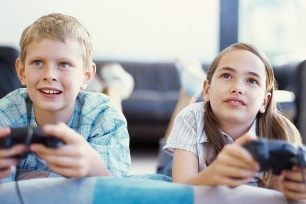Niños divirtiéndose con videojuegos